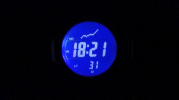 """Casio Pro Trek PRG-270: Die Anzeige """"LT"""" für die automatische Beleuchtung ist links unten deutlich zu erkennen."""
